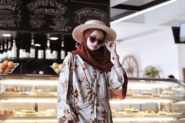 Inspirasi Padu Padan Jilbab Hitam ala Selebgram Shirin