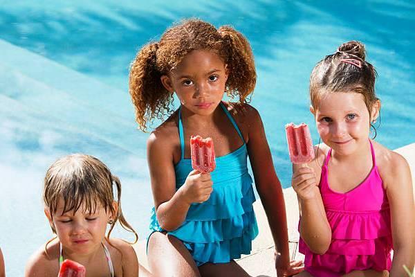 Benarkah Makan Sebelum Berenang Bisa Membuat Perut Anak Menjadi Kram?
